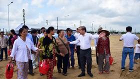 Ông Phan Ngọc Thọ khi còn là Chủ tịch UBND tỉnh Thừa Thiên - Huế trong năm 2020 đã dẫn người dân trả lại đất cho Di sản Huế đi xem khu tái định cư mới tại Khu quy hoạch Hương Sơ