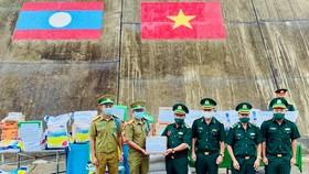 Các đơn vị vũ trang Việt Nam trao lương thực và vật tư y tế tặng lực lượng vũ trang Lào 