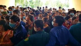 Công an và bảo vệ dân phòng không thể ngăn được dòng người đổ vào khu vực tiêm vaccine Covid-19 đặt  tại Trung tâm Thể thao tỉnh Thừa Thiên – Huế vào chiều 26-10. 