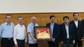Tỉnh Thừa Thiên - Huế tặng quà lưu niệm đoàn công tác Thành ủy TPHCM. 
