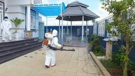 Nhân viên y tế  phun thuốc diệt muỗi ngăn ngừa bệnh sốt rét bùng phát ở nhà dân.