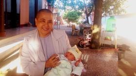 Một bé gái sơ sinh bị bỏ rơi trước cổng chùa