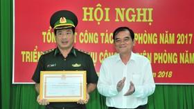 Ông Nguyễn Minh Tân trao tặng bằng khen của UBND tỉnh cho một tập thể