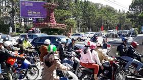 Ngã 5 Đại học Đà Lạt đông nghẹt xe cộ vào sáng mồng 5 Tết