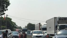 Tuyến quốc lộ 1A khu vực Trạm thu phí Cầu Rác bị ách tắc do người dân phản đối thu phí BOT