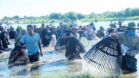 Đông đảo người dân tham gia lễ hội đánh cá Đồng Hoa