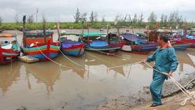 Người dân chằng néo tàu thuyền tại âu Cửa Sót, xã Thạch Kim, huyện Lộc Hà, tỉnh Hà Tĩnh để trú tránh bão