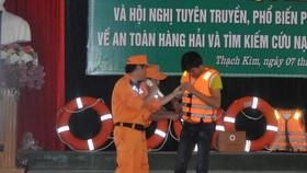 Trao áo phao và phần quà cho đại diện các ngư dân