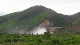 Ngày 11-10, Nhà máy thủy điện Hố Hô vẫn tiếp tục xả nước về hạ du
