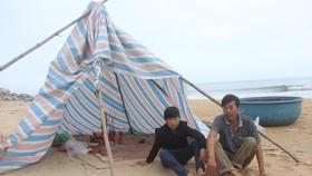 Mấy ngày qua, người thân của em Hồ Văn Phong dựng bàn thờ tạm bên mép biển thắp hương