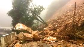 VIDEO: Sạt lở nghiêm trọng trên Quốc lộ 8A ở Hà Tĩnh