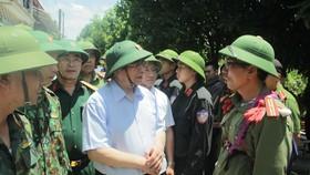 Đồng chí Phạm Minh Chính thăm hỏi, động viên các lực lượng chức năng đang làm nhiệm vụ chữa cháy rừng tại huyện Nghi Xuân, tỉnh Hà Tĩnh