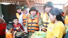 Lãnh đạo tỉnh Hà Tĩnh đến hỏi thăm, động viên người dân vùng lũ ở huyện Hương Khê