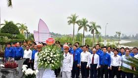 Các đại biểu đến dâng hương, dâng hoa tưởng niệm Anh hùng liệt sĩ Lý Tự Trọng