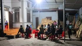 Người dân đến động viên một gia đình ở xã Thanh Lộc, Can Lộc, Hà Tĩnh, có người thân bị thiệt mạng tại Anh