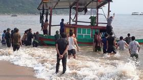 Bộ đội Biên phòng Hà Tĩnh và ngư dân giúp trục vớt, đưa thuyền cá gặp nạn vào bờ