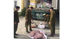 Phát hiện xe container vận chuyển hơn 10 tấn nội tạng động vật bốc mùi hôi