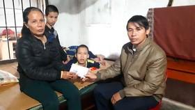 Ông Lê Quang Hanh, Phó Chủ tịch UBND xã Kỳ Bắc trao 17 triệu đồng của bạn đọc Báo SGGP cho gia đình chị Trần Thị Hương