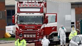 Cảnh sát và nhân viên pháp y tại hiện trường xe container chở 39 thi thể được phát hiện ở Essex, Anh, ngày 23-10-2019. Ảnh: REUTERS