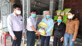 Ông Phong, bà Hường ủng hộ 1,1 tấn gạo cho xã Thạch Hạ trong công tác phòng, chống dịch Covid-19