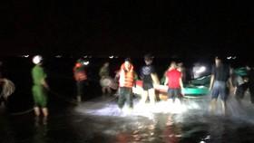 Lực lượng chức năng và người dân đưa thuyền gặp nạn vào bờ