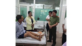 Lãnh đạo Công an huyện Nghi Xuân đến thăm hỏi, động viên anh Phạm Trung Kiền đang điều trị tại bệnh viện. Ảnh: Công an huyện Nghi Xuân