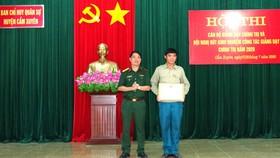 Trao tặng bằng khen cho đồng chí Trần Văn Trung