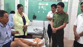 Lãnh đạo Công an huyện Nghi Xuân đến thăm hỏi, động viên anh Phạm Trung Kiền đang điều trị tại bệnh viện. Ảnh: Công an huyện Nghi Xuân cung cấp