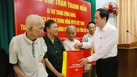 Chủ tịch Ủy ban Trung ương MTTQ Việt Nam tặng quà gia đình chính sách ở Hà Tĩnh