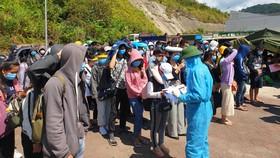 Lực lượng chức năng hướng dẫn các sinh viên làm thủ tục theo quy định tại Cửa khẩu Quốc tế Cầu Treo