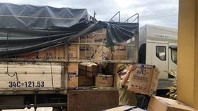 Lực lượng chức năng thu giữ số hàng hóa vận chuyển trên xe tải