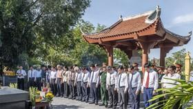 Các đại biểu tiến hành dâng hoa, dâng hương tại phần mộ Đại thi hào Nguyễn Du (ở thị trấn Tiên Điền, huyện Nghi Xuân, tỉnh Hà Tĩnh)
