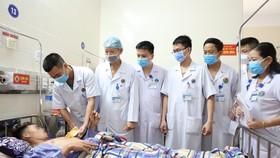 Các bác sĩ kiểm tra sức khỏe cho bệnh nhân N.Đ.L.