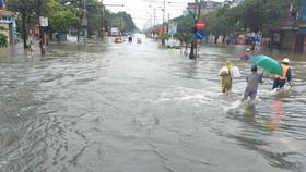 Quốc lộ 1A qua trung tâm TP Hà Tĩnh bị tê liệt hoàn toàn