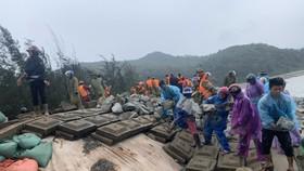 Lực lượng chức năng và người dân khắc phục sự cố sạt lở kè biển ở xã Thịnh Lộc