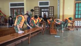 Giúp dọn vệ sinh trường lớp, lau chùi bàn ghế để đảm bảo điều kiện sớm đón học sinh trở lại trường sau mưa lũ