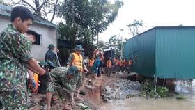 Lực lượng Bộ Chỉ huy Quân sự Hà Tĩnh phối hợp với lực lượng chức năng gia cố sạt lở dọc bờ sông ở xã Cẩm Duệ