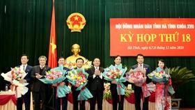 Tặng hoa chúc mừng các đồng chí trong Thường trực HĐND tỉnh và lãnh đạo UBND tỉnh vừa được bầu bổ sung tại kỳ họp