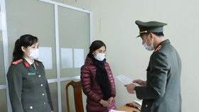 Cơ quan điều tra đọc lệnh khởi tố đối tượng Nguyễn Thị Hồng Hà. Ảnh: Công an Hà Tĩnh cung cấp