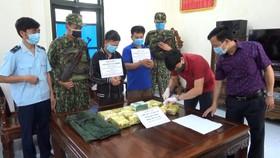 Đối tượng Nguyễn Văn Bính và Lê Quang Nguyên bị bắt cùng tang vật