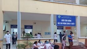 Tiêm vaccine phòng Covid-19 cho nhân viên y tế tại Bệnh viện Đa khoa Hà Tĩnh sáng 15-4