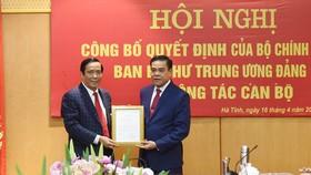 Phó Trưởng ban Thường trực Ban Tổ chức Trung ương Nguyễn Thanh Bình trao quyết định cho ông Võ Trọng Hải. Ảnh: Báo Hà Tĩnh