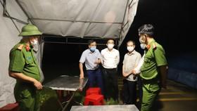 Lực lượng chức năng lập chốt kiểm soát khu vực thôn Việt Yên, xã Việt Tiến, huyện Thạch Hà