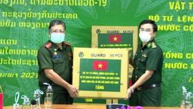 Thừa ủy quyền của Bộ Tư lệnh Bộ đội Biên phòng Việt Nam, Thượng tá Võ Tiến Nghị, Chỉ huy trưởng Bộ đội Biên phòng tỉnh Hà Tĩnh trao vật tư y tế phòng, chống dịch Covid-19 cho lực lượng chức năng Lào