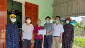 Trao 19 triệu đồng của bạn đọc Báo SGGP cho gia đình chị Lê Thị Thủy (ở phường Đại Nài, TP Hà Tĩnh)
