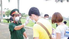 Lực lượng chức năng Hà Tĩnh tiến hành đo thân nhiệt cho người dân tại khu cách ly