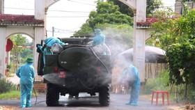 Lực lượng chức năng phun khử khuẩn khu vực phong tỏa trên địa bàn TP Hà Tĩnh