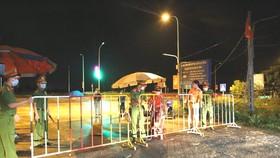 Lực lượng chức năng Hà Tĩnh lập chốt phong tỏa khu vực liên quan các bệnh nhận sinh sống trong đêm 11-6