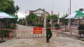 Lực lượng chức năng lập chốt phong tỏa khu vực liên quan ở thị trấn Thạch Hà