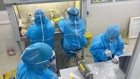 Cán bộ y tế tỉnh Hà Tĩnh tiến hành xét nghiệm các mẫu cho người dân trên địa bàn